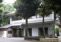 妙法寺堀之内静堂。1階が式場、2階が控室