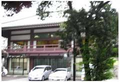 祥雲寺。2階が本堂、1階が斎場